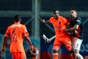 Video: Insólito gol de doble cabezazo en la Copa Sudamericana