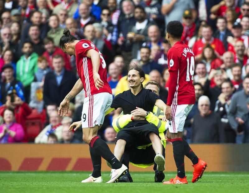 El doble de Zlatan Ibrahimovic invadió la cancha en el partido del Manchester United