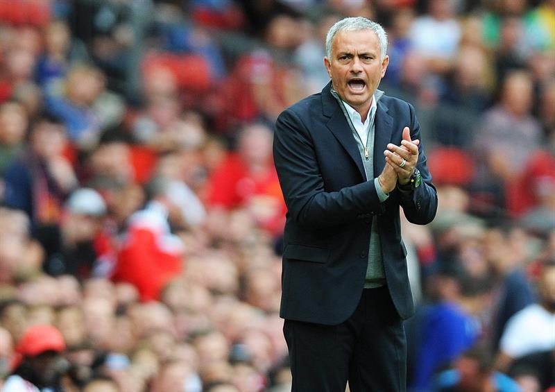 Video: José Mourinho enfurece con uno de sus asistentes en pleno partido del Manchester United