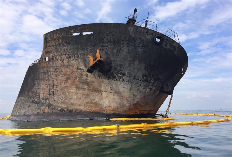 Detectan manchas de combustible tras incendio en buque de Pemex