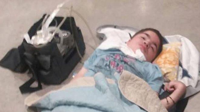 Adolescente moribundo pasa horas en el suelo de un aeropuerto esperando un vuelo