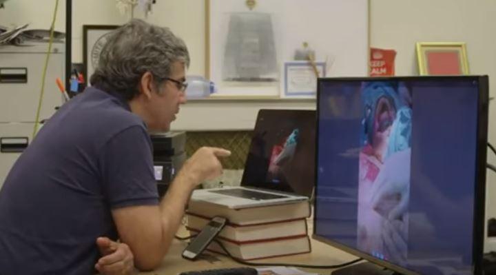 Video: El doctor de Londres que dirige complejas cirugías en Alepo a través de Skype