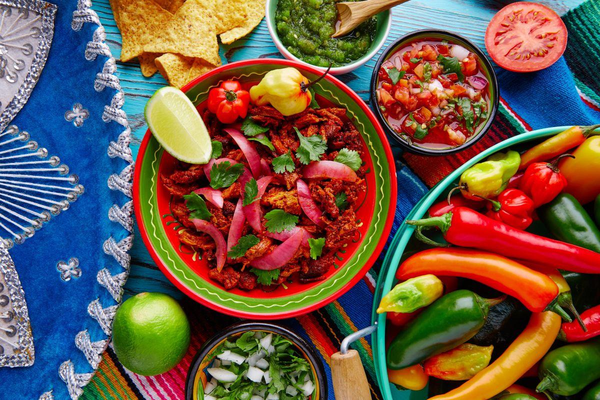 Este tradicional platillo suele acompañarse con cebollas moradas encurtidas o salsa xnipec, la cual está hecha con naranja agria, cebolla, cilantro y chiles habaneros.
