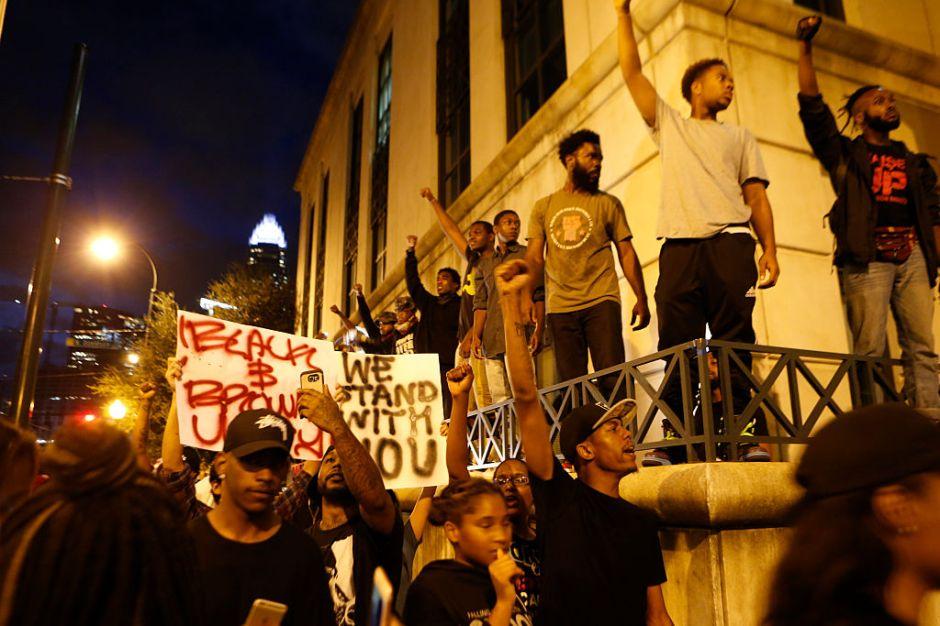 Charlotte en estado de emergencia tras violentos disturbios por muerte de afroamericano