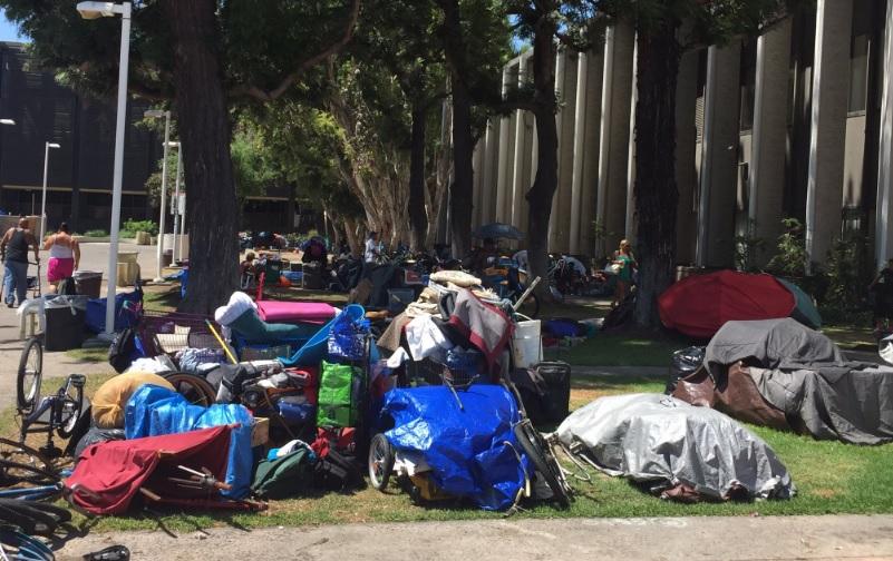 ¿Debe Anaheim facilitar baños portátiles a las personas sin hogar?