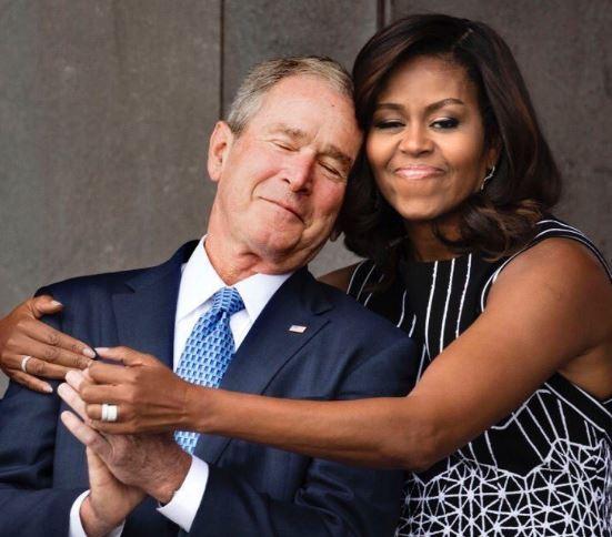 Los mejores memes del adorable abrazo entre Michelle Obama y Bush