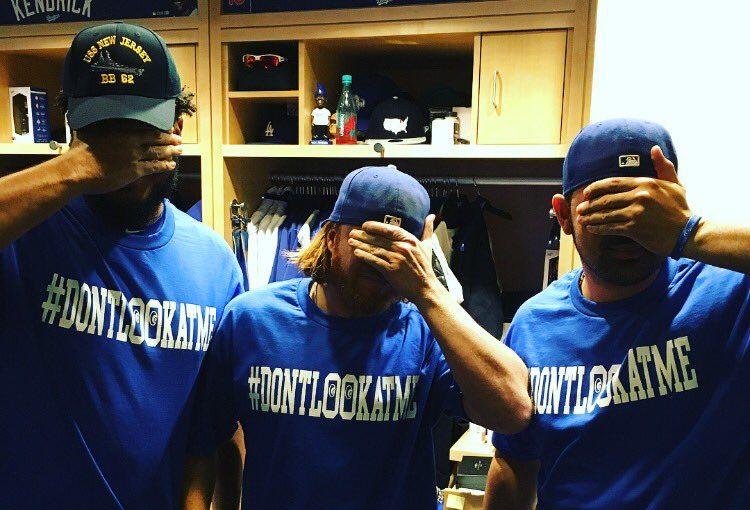 'No me mires': los Dodgers se burlan elegantemente de Bumgarner con una playera