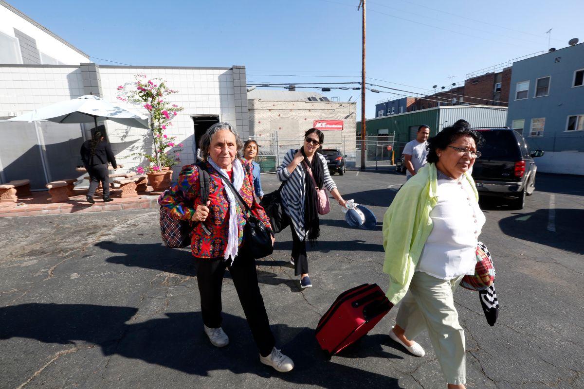 Julia Quintero Muñoz (i) se unió a otros trabajadores de California para ir a movilizar votantes a Las Vegas, Nevada.