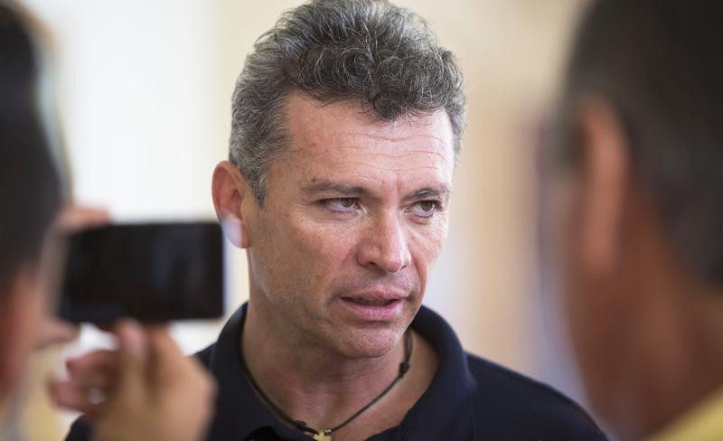 """Comentarista de Televisa narra el """"entrenamiento"""" de Chivas desde un establo y directivo explota"""