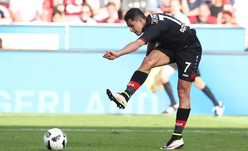"Javier ""Chicharito"" Hernández comparte la cima de goleo en la Bundesliga."