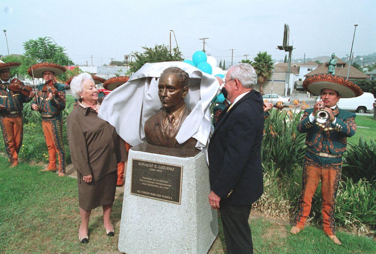 El busto de Ignacio E. Lozano es develado en el Parque de México en el año 2001.