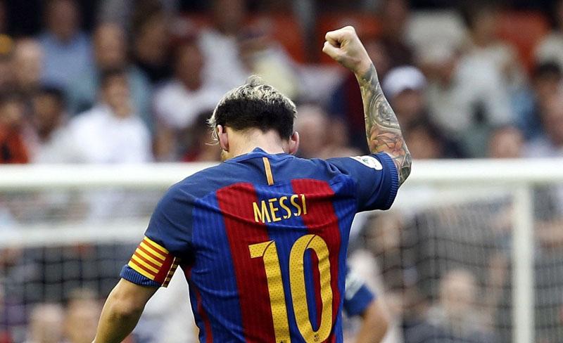 La furiosa reacción de Messi contra los hinchas de Valencia por un botellazo a Neymar
