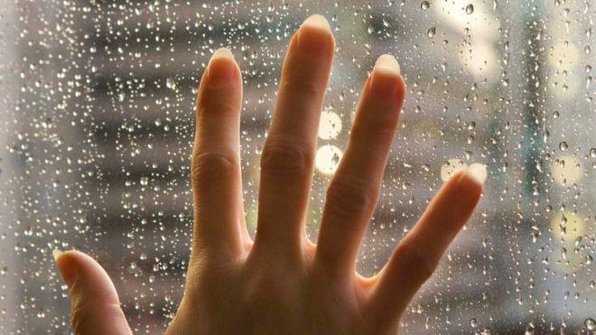 Salir cuando llueve no es una opción. Bañarse en una piscina sería una auténtica película de horror para quienes sufren de esta condición.