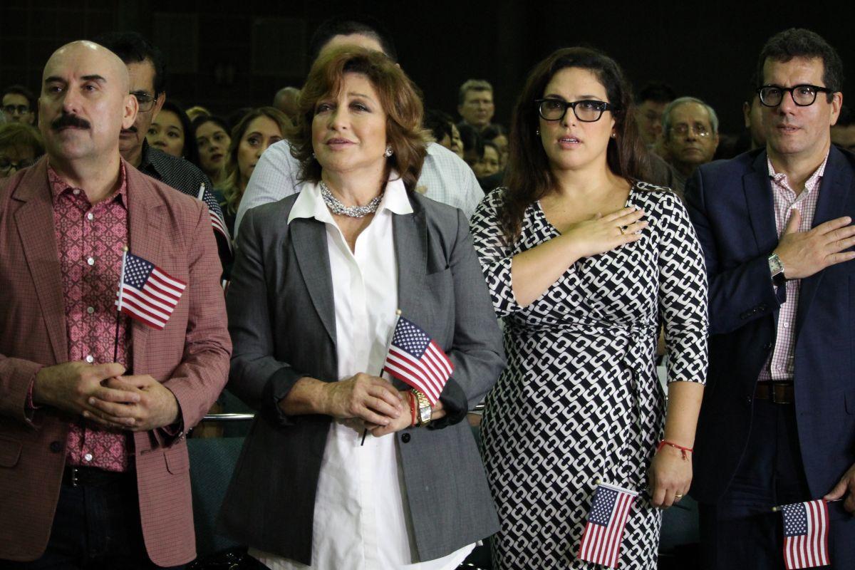 Ceremonia de 2016 cuando su hija Angélica Vale rindió juramento como ciudadana de EEUU.