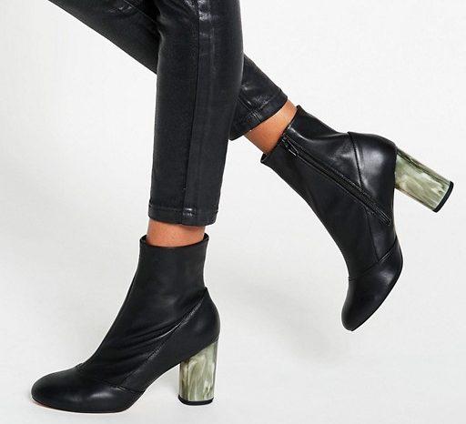 Una de las grandes novedades del calzado para esta temporada son las botas, botines y zapatos con tacones elaborados con materiales metálicos o transparentes, como estos que tiene un costo de $89 dólares.