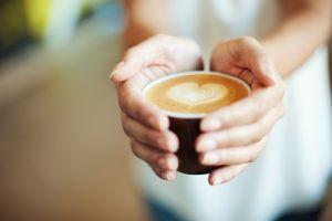 ¿La cafeína aumenta o disminuye el apetito?