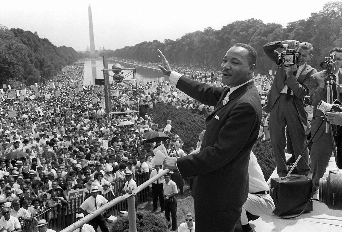 Martin Luther King, Jr., frente a sus partidarios en el Memorial Lincoln, Washington D.C. en 1963.
