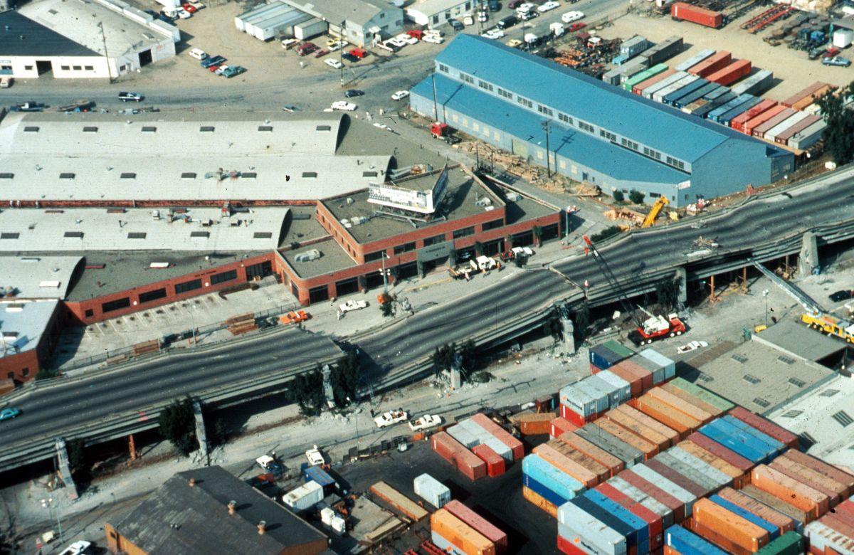 El puente doble que cruza por Oakland colapsó en el terremoto de Loma Prieta de 1989.