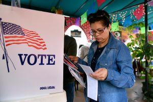 El cuidado durante la vejez y el bolsillo, claves para el voto de las latinas