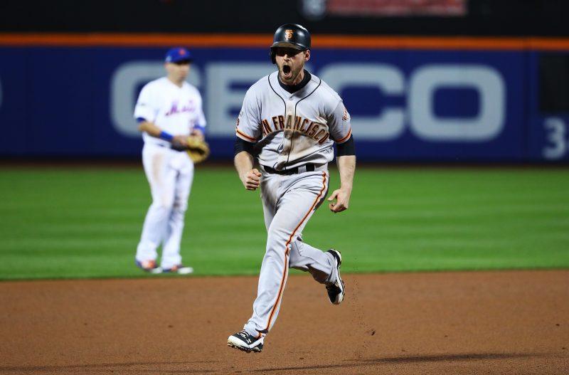 Conor Gillaspie recorre eufórico las bases tras conectar un jonrón de tres carreras en la novena entrada para que los Gigantes avanzaran sobre Mets en los playoffs de la Liga Nacional.
