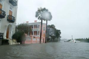 Matthew y sus vientos huracanados baten costa de de Carolina del Norte