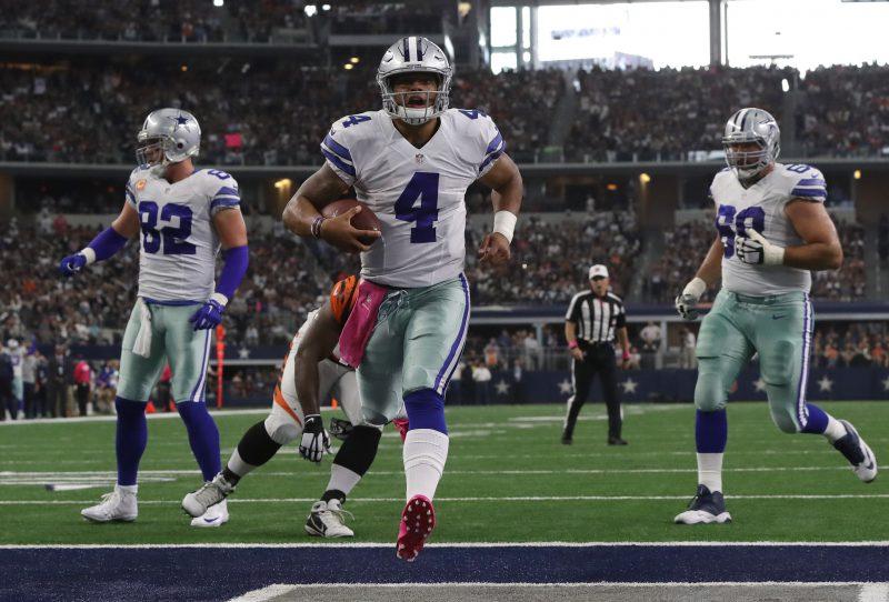 Dak Prescott, de los Cowboys de Dallas, está teniendo un inicio de carrera histórico en ausencia del lesionado Tony Romo. Aquí anota en una carrera contra Cincinnati.