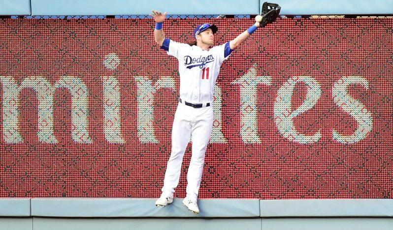 El jardinero derecho de los Dodgers, Josh Reddick, no puede atrapar el largo batazo de Ryan Zimmermann en el noveno inning. Los Nacionales anotaron dos carreras en la jugada para sellar el triunfo.