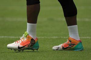 Antonio Brown homenajeó a José Fernández y Kimbo Slice con sendas imágenes en sus zapatos