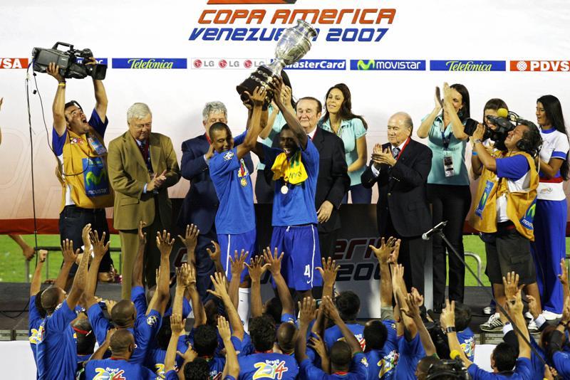 Otro indicio de corrupción en Conmebol sale a flote tras nueve años. En la imagen, el campeón Brasil recibiendo la Copa América en 2007.