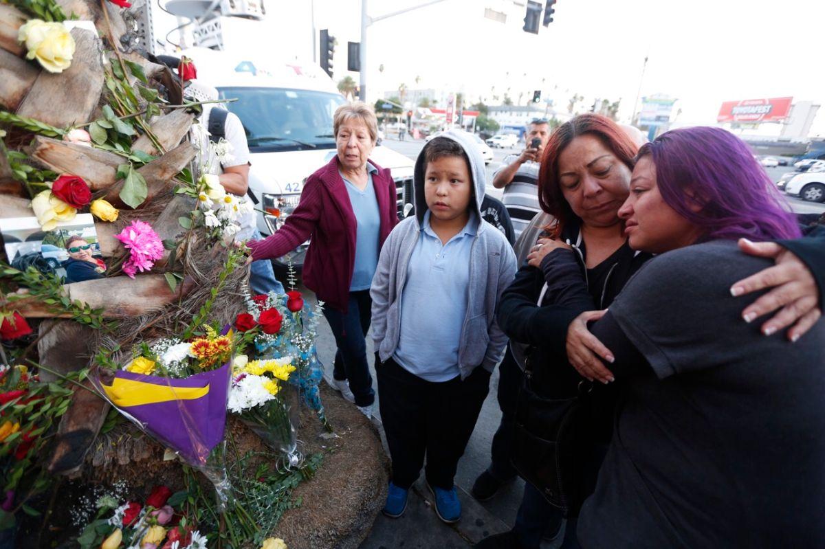 Jennifer Ruiz llora la muerte de su madre, Rosa Ruiz (Foto: Aurelia Ventura/La Opinión)