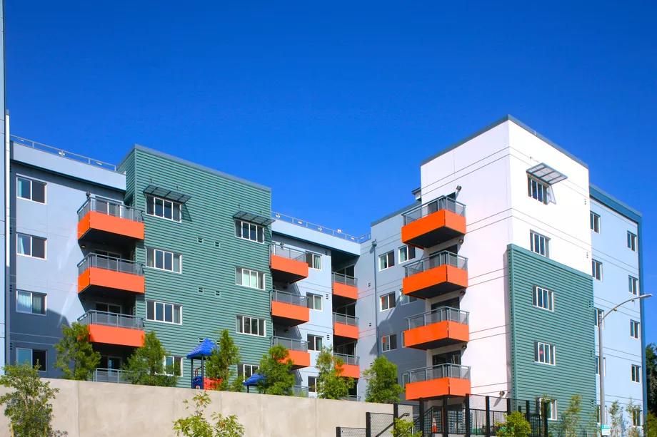 El complejo de apartamentos asequibles en Hollywood aloja a varios empleados del LAUSD, pero ninguno de ellos es maestro.