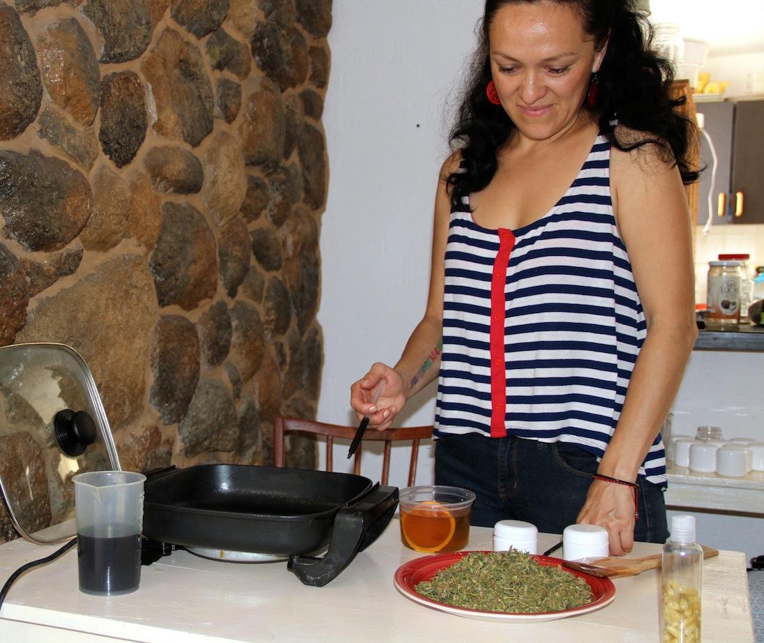 Alina Morales durante la elaboración de la pasta a base de marihuana.