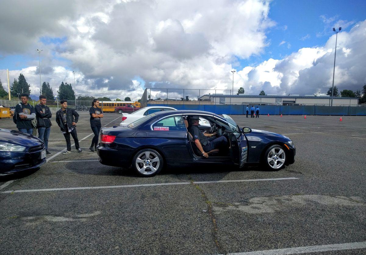 Jóvenes de la secundaria Birmingham toman un curso para conductores distraídos.