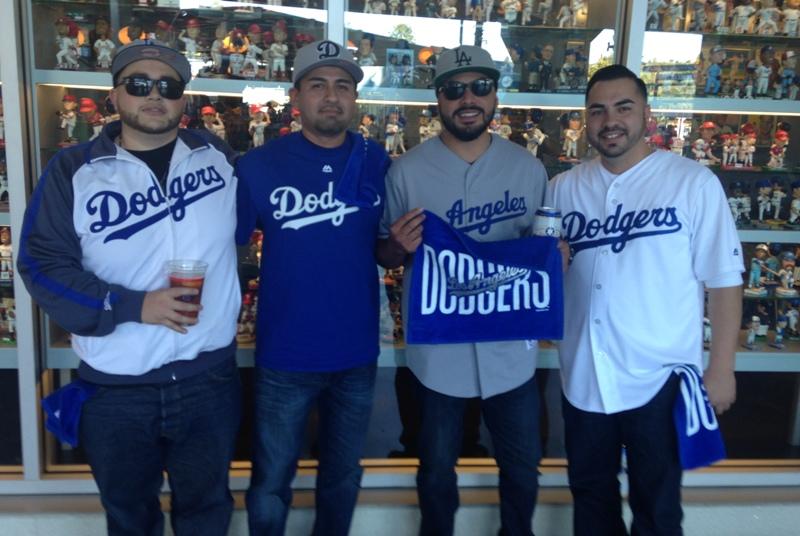Fanáticos latinos de los Dodgers tienen fiebre azul: confían en que ganarán la serie a Cachorros