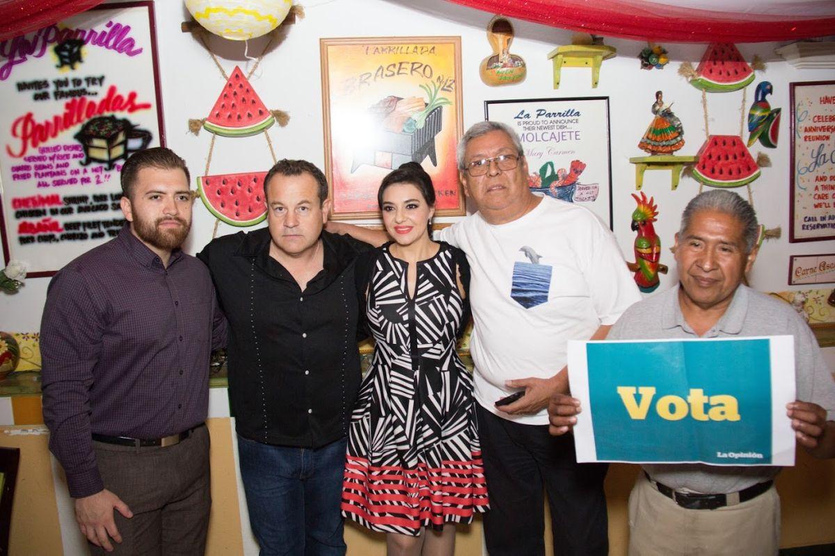 Los nuevos ciudadanos Tomás Torres, Frank Ansbro, Jesús Espinoza y Pedro Villanueva junto con la popular cantante del género regional mexicano, Graciela Beltrán, cuentan los días para salir a votar.