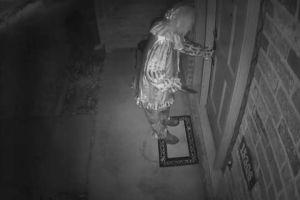 Cámaras de seguridad graban a payaso armado ingresando a vivienda
