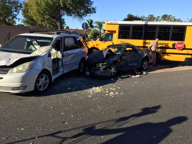 Autobús escolar se estrella contra dos coches