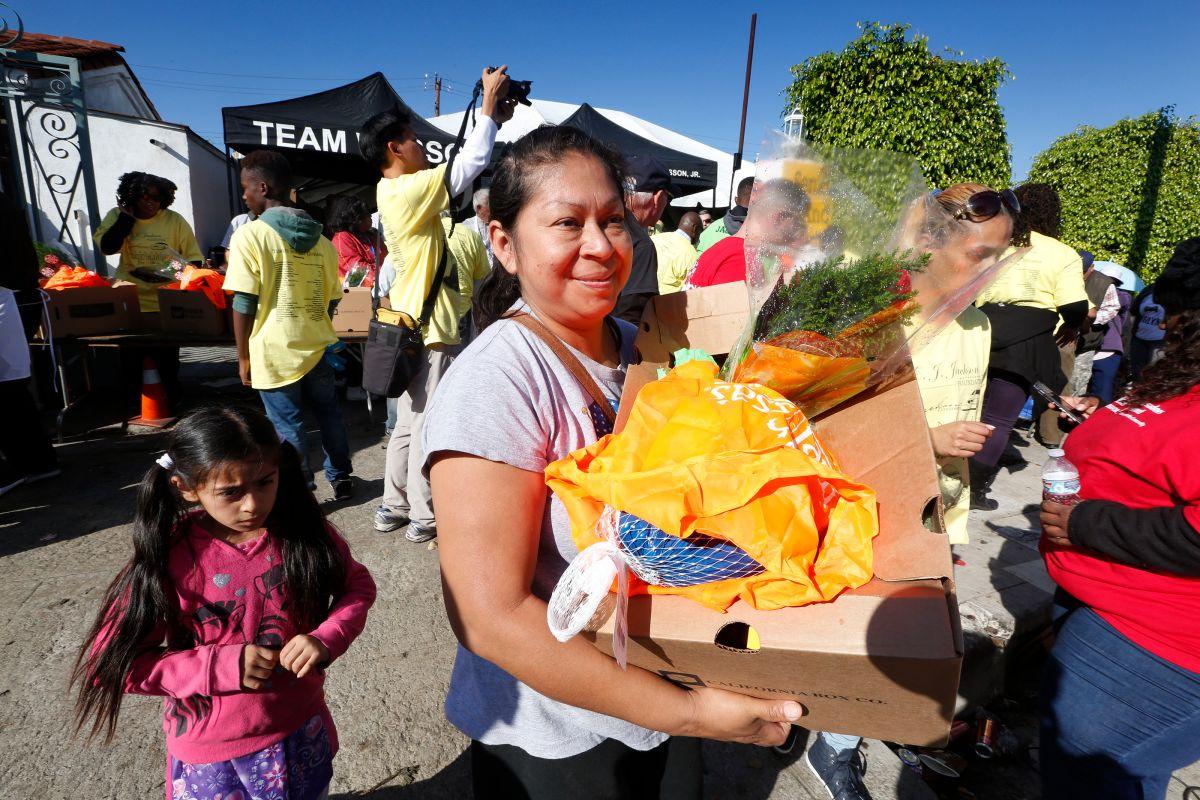 Más de 10,000 familias reciben su pavo para el Día de Acción de Gracias