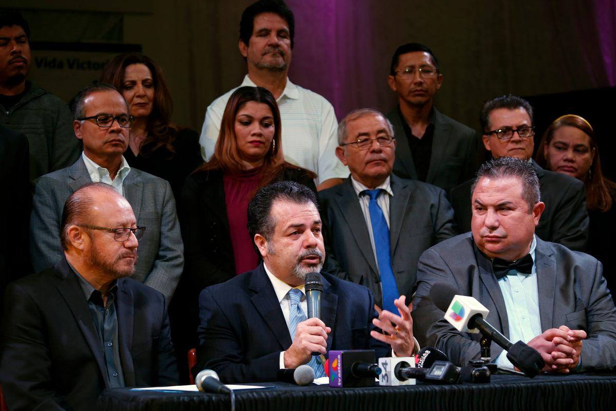 El pasto Carlos Rincón, junto con otros líderes religioso de Los Ángeles, anuncian su apoyo a la comunidad inmigrante.