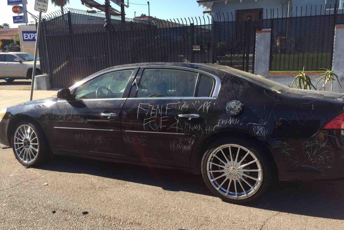 Así quedó el auto después de ser vandalizado durante horas sin que los testigos hicieran más que tomar fotos y vídeos de lo que ocurría.