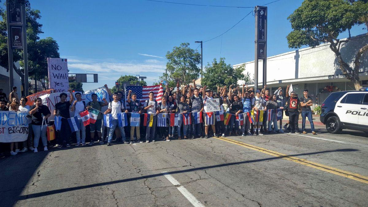 Estudiantes se toman las calles de South Gate para protestar contra Trump