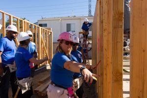 Veteranos construyen casa para un compañero en California