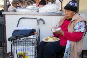 Más de 1,000 reciben comida de Acción de Gracias en la parroquia de la Placita Olvera