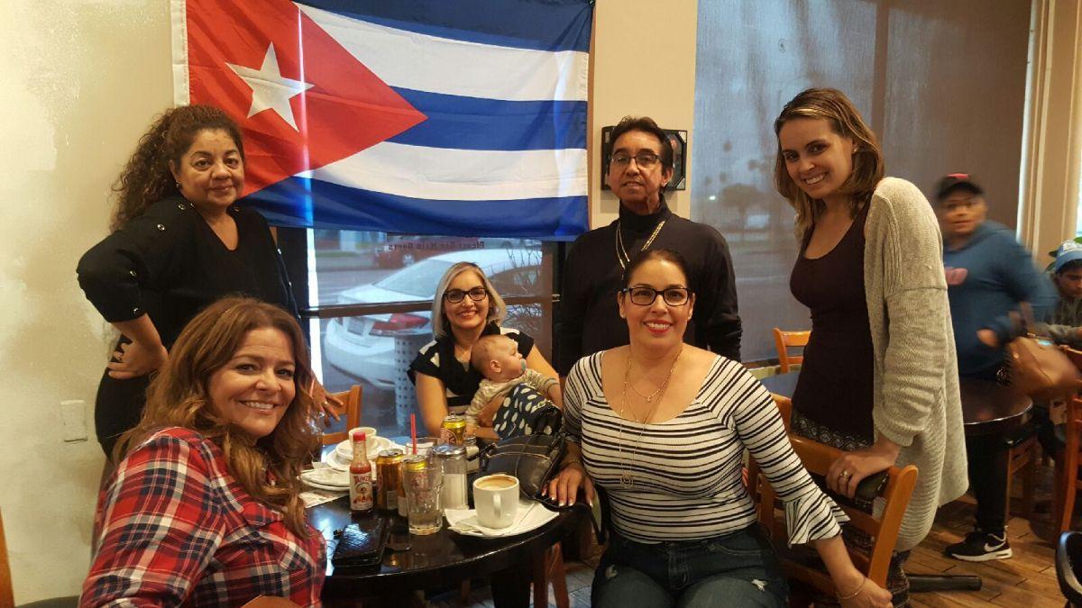 """En Los Ángeles, los cubanos dan gracias """"por la muerte del dictador"""""""