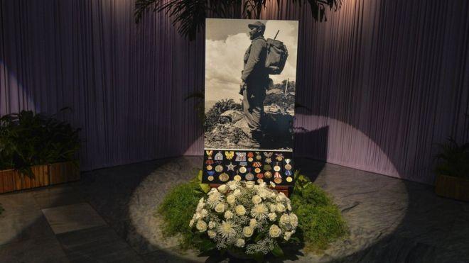 En la Plaza de la Revolución hay una foto de Fidel Castro, flores y las principales condecoraciones que recibió, pero no están sus cenizas.