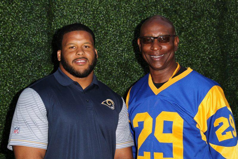 Eric Dickerson (der.), una gloria de los Rams y la NFL, posa junto a Aaron Donald, actual liniero defensivo del equipo.