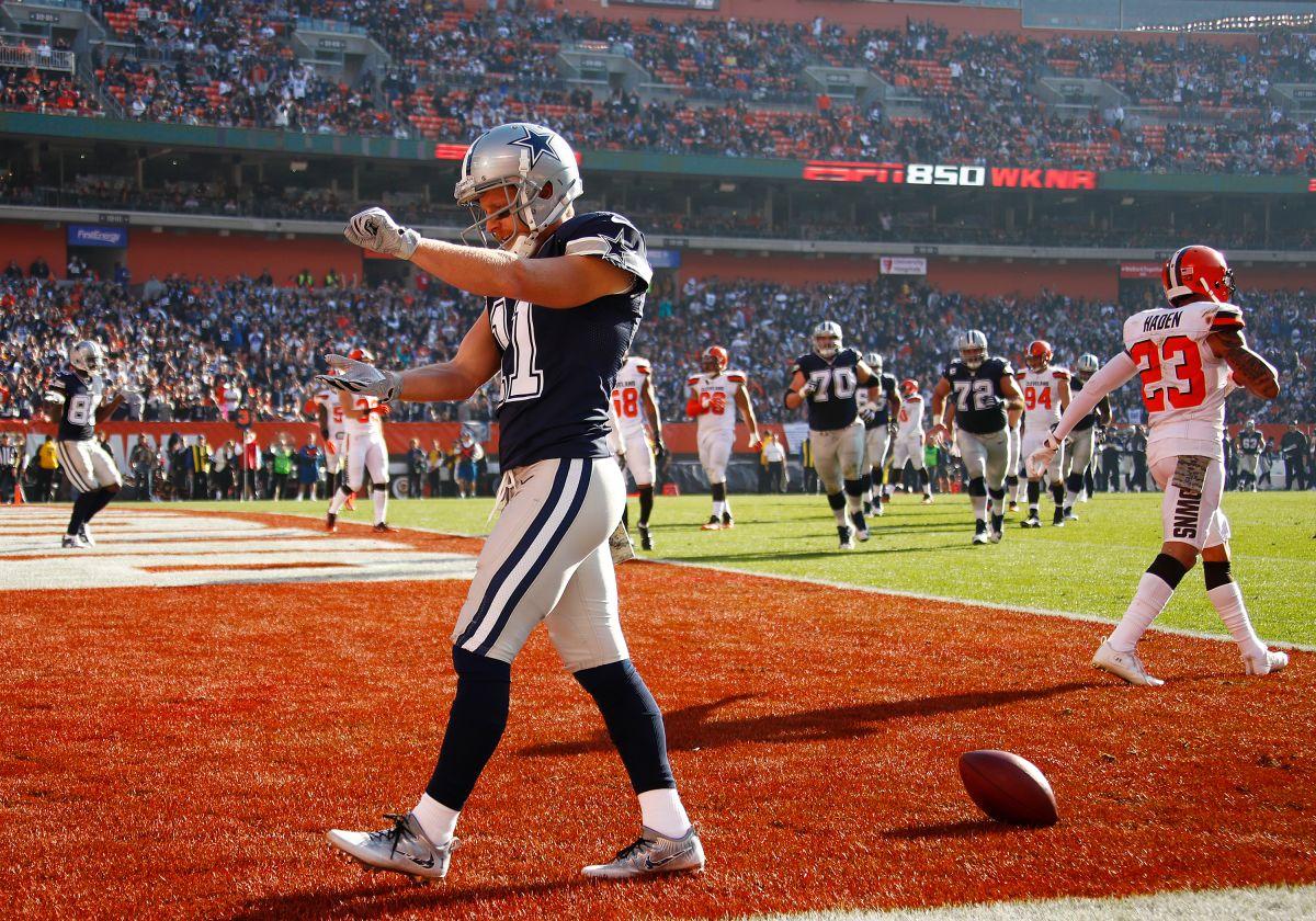 Cole Beasley celebra una recepción de touchdown durante el triunfo de los Cowboys en Cleveland.