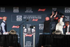 UFC 205: McGregor llegó tarde a la conferencia y trató de golpear con una silla a Alvarez