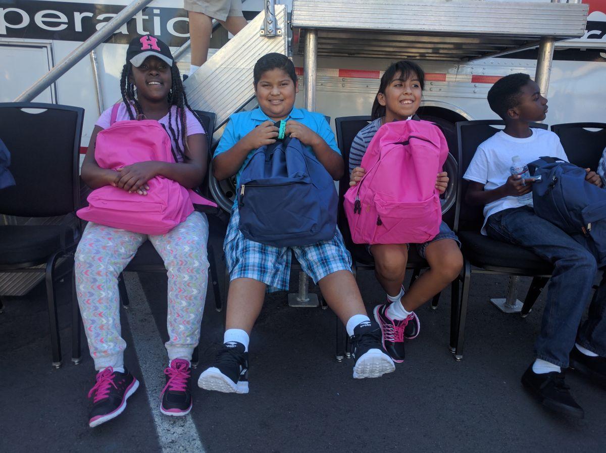 Niños de bajos recursos disfrutan de regalos y un día en Universal Studios Hollywood