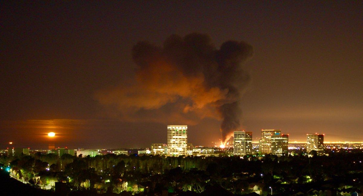 Dos heridos en masivo incendio en Newport Beach